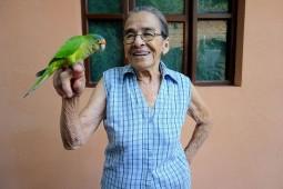 Esteli, Nicaragua : Clementina la grand-mère d'Uriel est une femme incroyable. Elle et son perroquet sont inséparables.