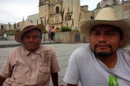 Oaxaca, Mexique : père et fils vendant des chapeaux aux touristes.