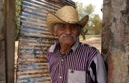 San Martin Tilcajete, Mexique : Un viel homme rencontré dans la rue et ravi de voir sa photo sur l'appareil.