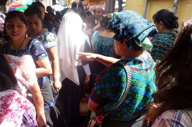 Au marché, une nonne, une femme de Tzununa, d'autres de San Pedro, et une gringa.